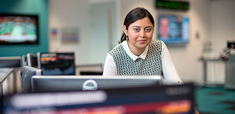 Student in financial markets lab