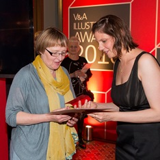 Kate Milner receives her award from Rafi Romaya, Art Director at Canongate (c) Victoria and Albert Museum, London